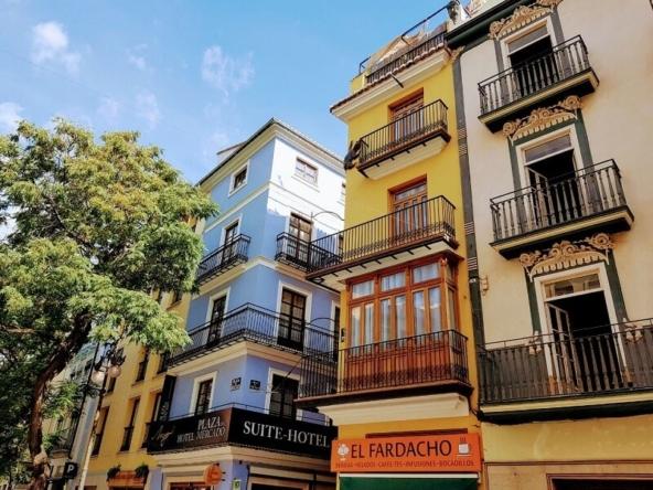 where to live in valencia city